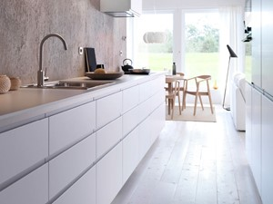 Kuchnia IKEA - Średnia wąska beżowa kuchnia dwurzędowa - zdjęcie od IKEA