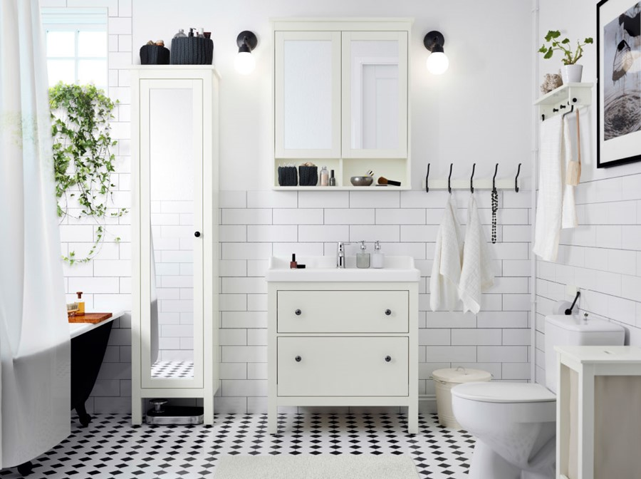 azienka ikea rednia azienka z oknem styl skandynawski zdj cie od ikea homebook. Black Bedroom Furniture Sets. Home Design Ideas