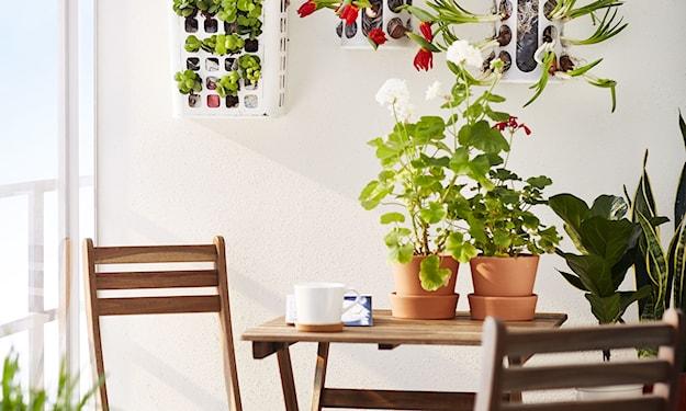 stolik z krzesłami na balkon