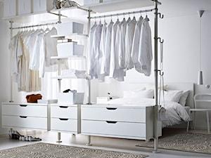 Garderoba IKEA - Średnia otwarta garderoba z oknem przy sypialni, styl skandynawski - zdjęcie od IKEA