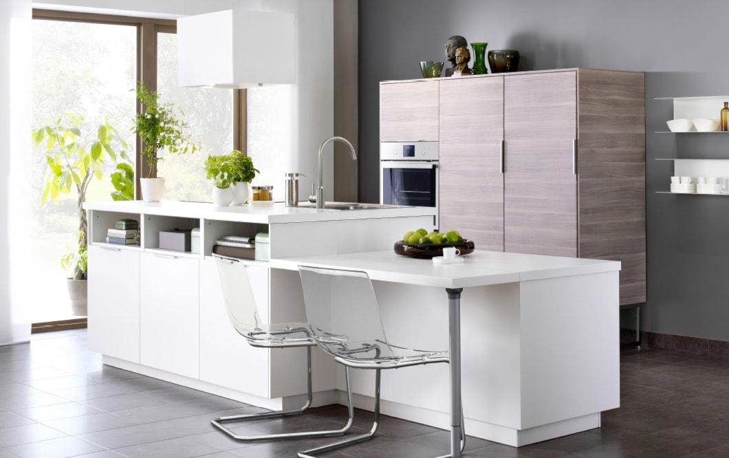 Kuchnia IKEA - Średnia otwarta szara kuchnia jednorzędowa z wyspą z oknem - zdjęcie od IKEA - Homebook