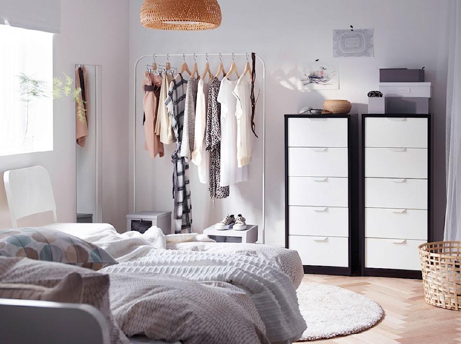Sypialnia IKEA - Mała szara sypialnia dla gości - zdjęcie od IKEA