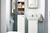 mała łazienka z białymi meblami ikea