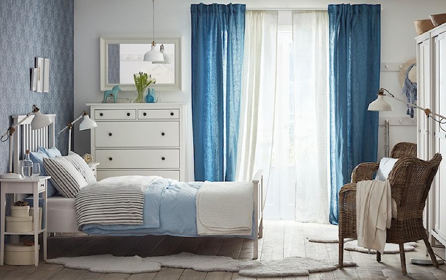 Aranżacje wnętrz - Sypialnia: Sypialnia IKEA - Mała biała niebieska sypialnia małżeńska z balkonem / tarasem, styl skandynawski - IKEA. Przeglądaj, dodawaj i zapisuj najlepsze zdjęcia, pomysły i inspiracje designerskie. W bazie mamy już prawie milion fotografii!