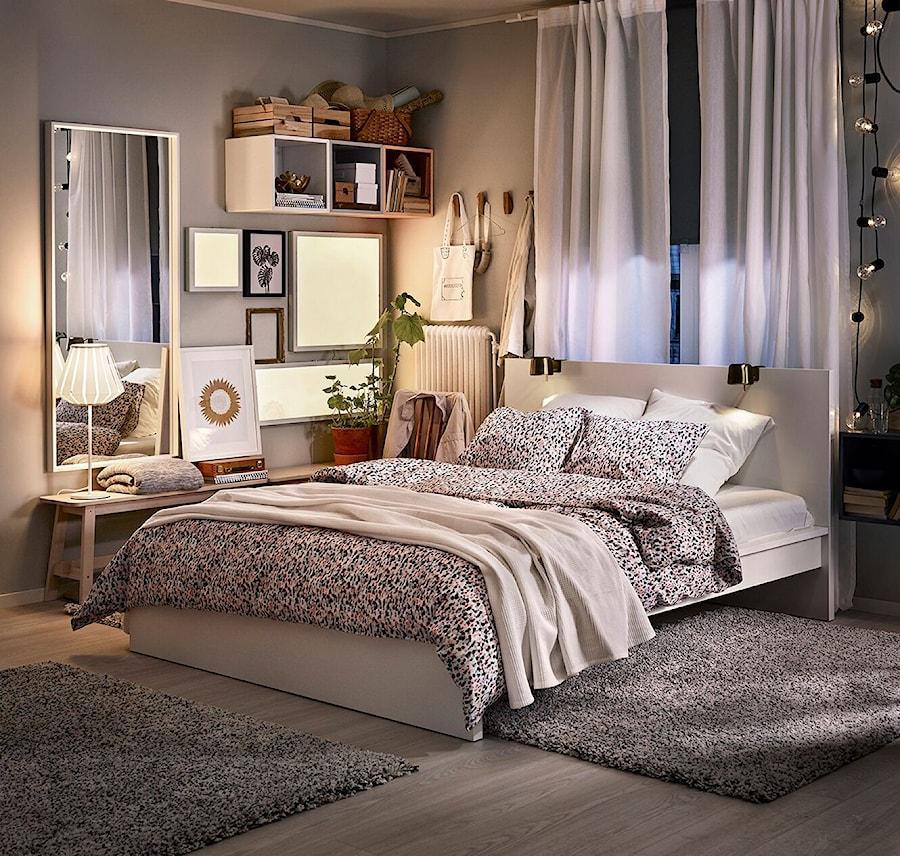 Sypialnia IKEA - Średnia szara sypialnia małżeńska, styl skandynawski - zdjęcie od IKEA
