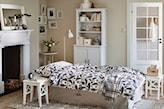 kominek w sypialni, biały taboret, metalowa lampa podłogowa, biała komoda, białe drzwi