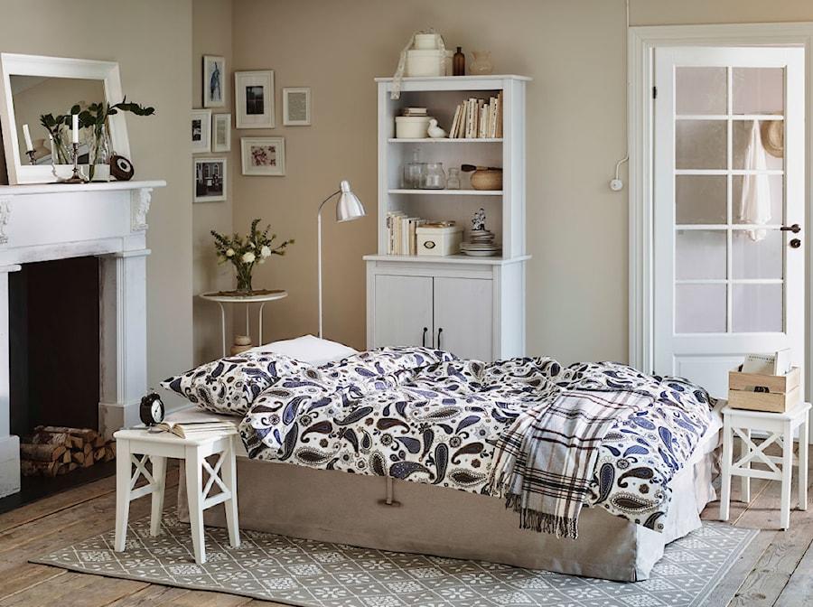 Sypialnia IKEA - Średnia beżowa sypialnia małżeńska, styl skandynawski - zdjęcie od IKEA