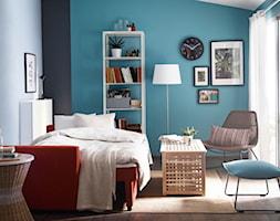 Sypialnia IKEA - Średnia biała niebieska czarna sypialnia małżeńska na poddaszu z balkonem / tarasem, styl vintage - zdjęcie od IKEA