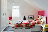 pokój na poddaszu, różowa ściana, biała szafa