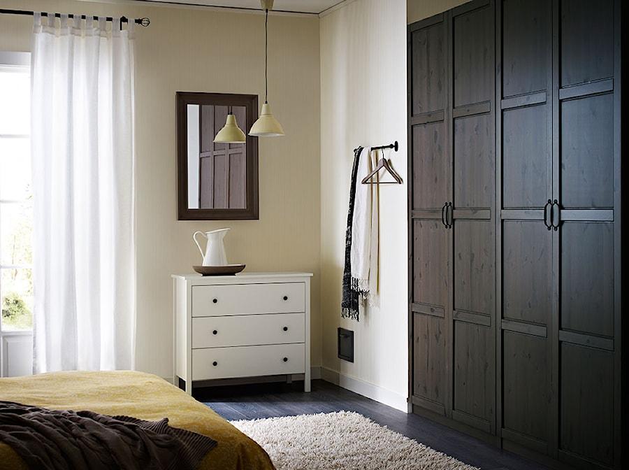 Aranżacje wnętrz - Sypialnia: Sypialnia IKEA - Średnia biała sypialnia małżeńska, styl minimalistyczny - IKEA. Przeglądaj, dodawaj i zapisuj najlepsze zdjęcia, pomysły i inspiracje designerskie. W bazie mamy już prawie milion fotografii!