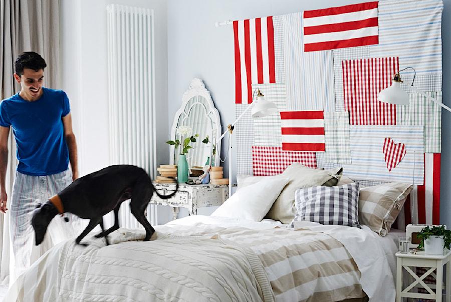 Sypialnia IKEA - Średnia biała szara kolorowa sypialnia małżeńska - zdjęcie od IKEA