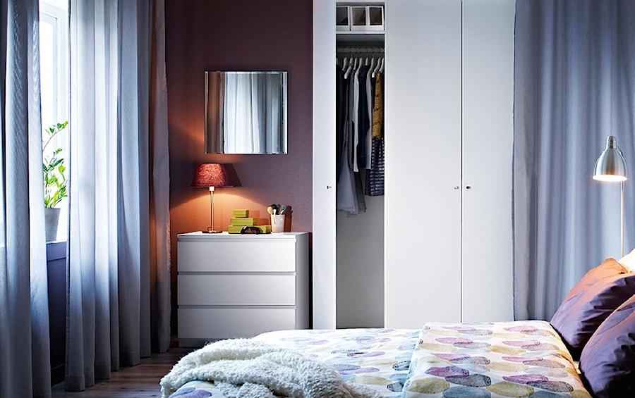 Aranżacje wnętrz - Sypialnia: Sypialnia IKEA - Mała kolorowa sypialnia małżeńska - IKEA. Przeglądaj, dodawaj i zapisuj najlepsze zdjęcia, pomysły i inspiracje designerskie. W bazie mamy już prawie milion fotografii!