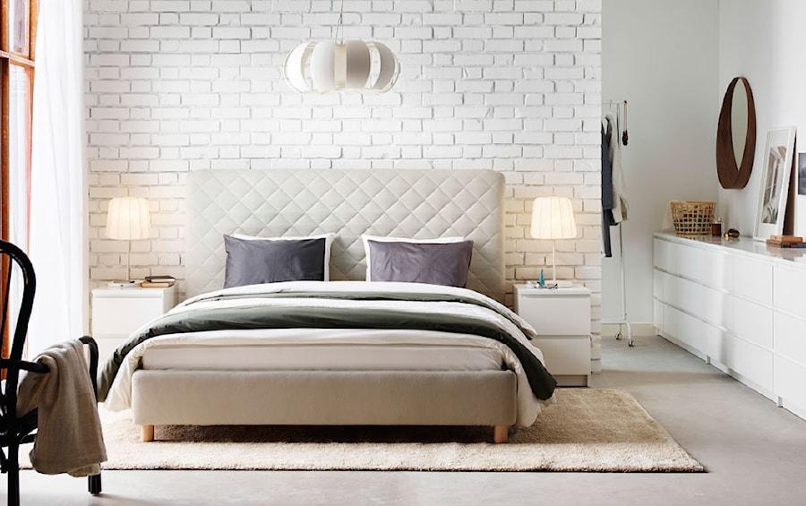 Sypialnia IKEA - Średnia biała szara sypialnia małżeńska, styl minimalistyczny - zdjęcie od IKEA