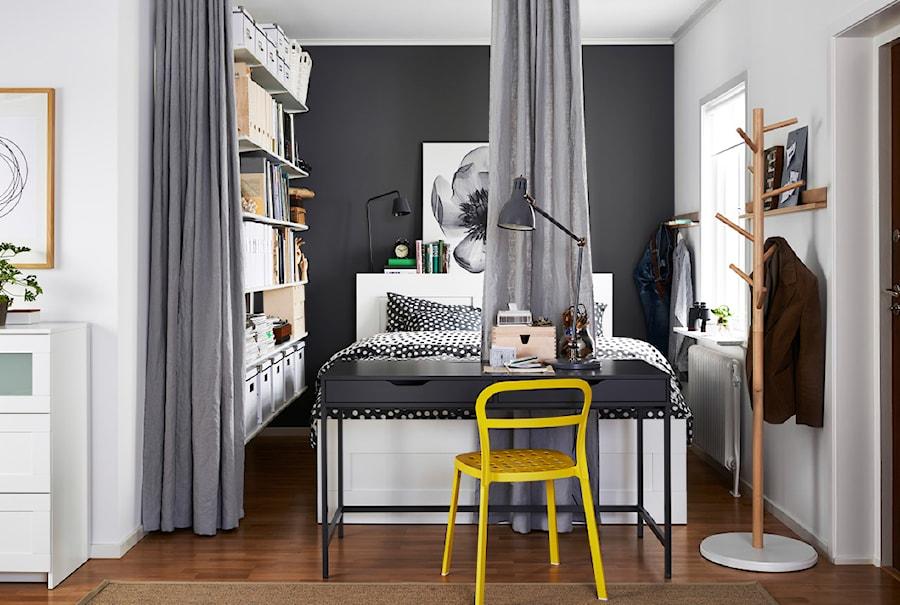 Sypialnia IKEA - Średnia biała czarna sypialnia małżeńska, styl skandynawski - zdjęcie od IKEA