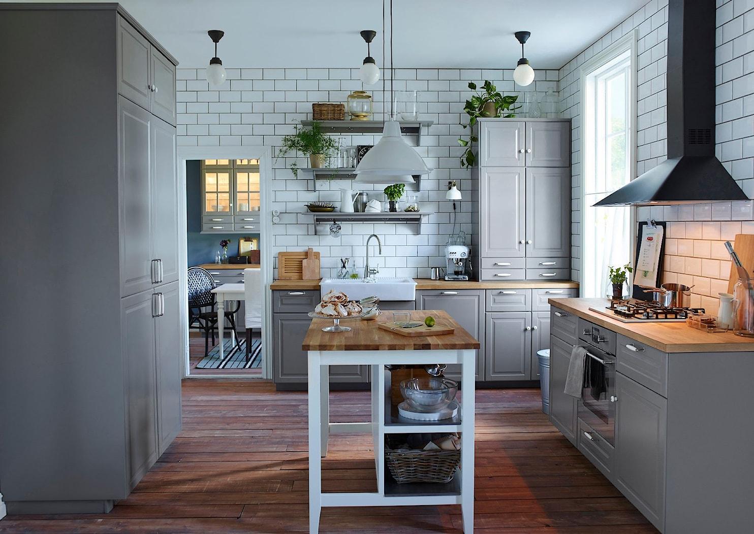 Kuchnia IKEA - Duża otwarta biała kuchnia w kształcie litery u z wyspą, styl vintage - zdjęcie od IKEA - Homebook