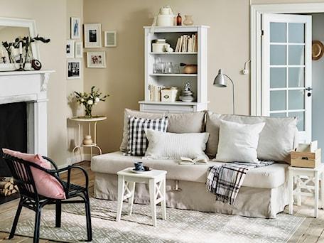 Aranżacje wnętrz - Salon: Pokój dzienny IKEA - Średni beżowy salon z bibiloteczką, styl prowansalski - IKEA. Przeglądaj, dodawaj i zapisuj najlepsze zdjęcia, pomysły i inspiracje designerskie. W bazie mamy już prawie milion fotografii!