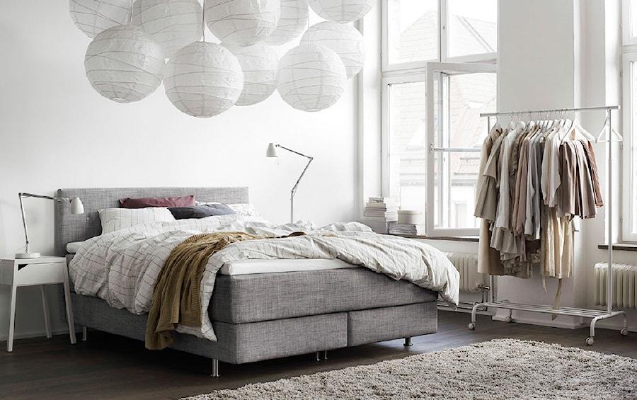 Aranżacje wnętrz - Sypialnia: Sypialnia IKEA - Średnia biała sypialnia małżeńska, styl skandynawski - IKEA. Przeglądaj, dodawaj i zapisuj najlepsze zdjęcia, pomysły i inspiracje designerskie. W bazie mamy już prawie milion fotografii!