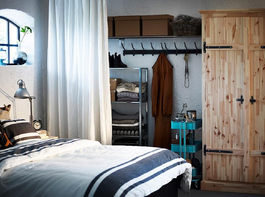 Sypialnia IKEA - Średnia biała sypialnia małżeńska z garderobą - zdjęcie od IKEA