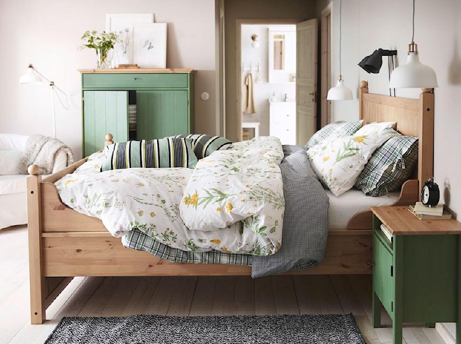 Aranżacje wnętrz - Sypialnia: Sypialnia IKEA - Duża beżowa sypialnia małżeńska, styl prowansalski - IKEA. Przeglądaj, dodawaj i zapisuj najlepsze zdjęcia, pomysły i inspiracje designerskie. W bazie mamy już prawie milion fotografii!