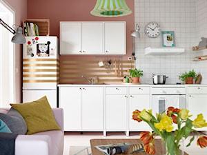 Kuchnia IKEA - Mała otwarta biała różowa kuchnia jednorzędowa w aneksie - zdjęcie od IKEA
