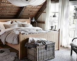 Sypialnia IKEA - Średnia sypialnia małżeńska na poddaszu z balkonem / tarasem, styl prowansalski - zdjęcie od IKEA