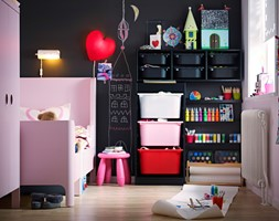 Pokój dziecka IKEA - Mały różowy czarny pokój dziecka dla dziewczynki dla malucha, styl nowoczesny - zdjęcie od IKEA