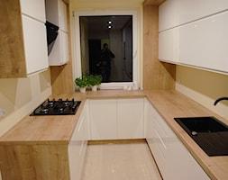 Kuchnia - Mała zamknięta wąska beżowa żółta kuchnia w kształcie litery u, styl nowoczesny - zdjęcie od szafynawymiar24