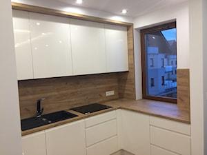 Kuchnia 2 - Mała otwarta biała beżowa kuchnia w kształcie litery l, styl nowoczesny - zdjęcie od szafynawymiar24
