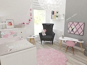Pokój Julki - Średni biały szary pokój dziecka dla dziewczynki dla niemowlaka, styl skandynawski - zdjęcie od JMJ Interiors
