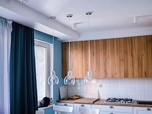 15 - Średnia otwarta biała niebieska kuchnia jednorzędowa z oknem, styl nowojorski - zdjęcie od Meble Wiśniewski MEBLO-MARK