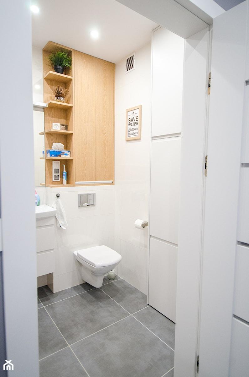 8 - Mała biała łazienka w bloku w domu jednorodzinnym bez okna - zdjęcie od Meble Wiśniewski MEBLO-MARK