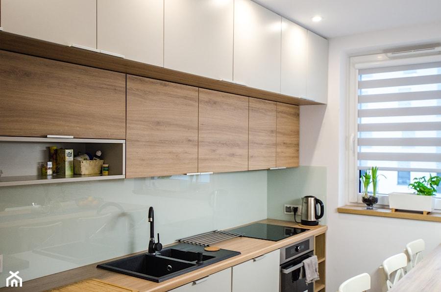 8 - Mała zamknięta wąska biała kuchnia jednorzędowa z oknem - zdjęcie od Meble Wiśniewski MEBLO-MARK