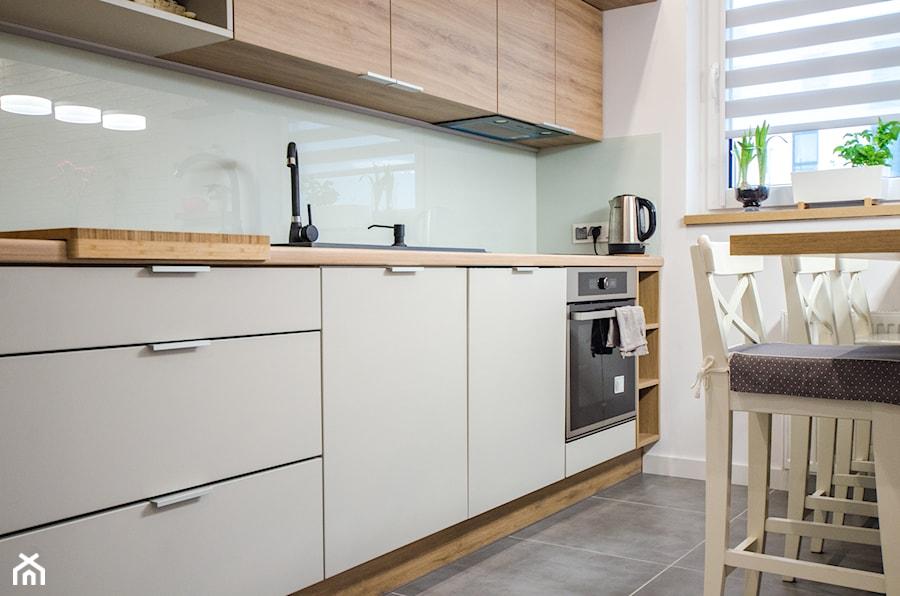 8 - Średnia zamknięta wąska biała kuchnia jednorzędowa z oknem - zdjęcie od Meble Wiśniewski MEBLO-MARK