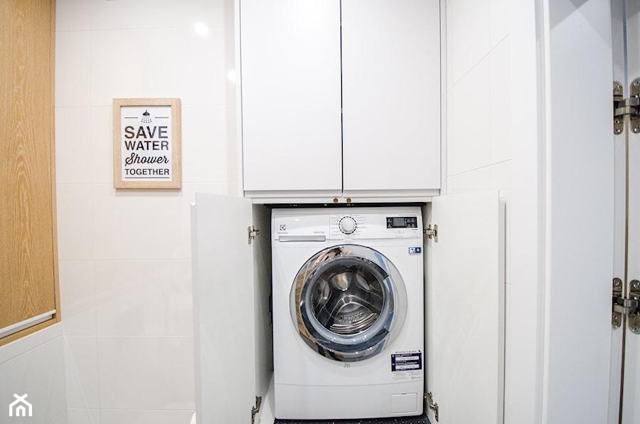 8 - Mała biała łazienka na poddaszu w bloku w domu jednorodzinnym bez okna - zdjęcie od Meble Wiśniewski MEBLO-MARK