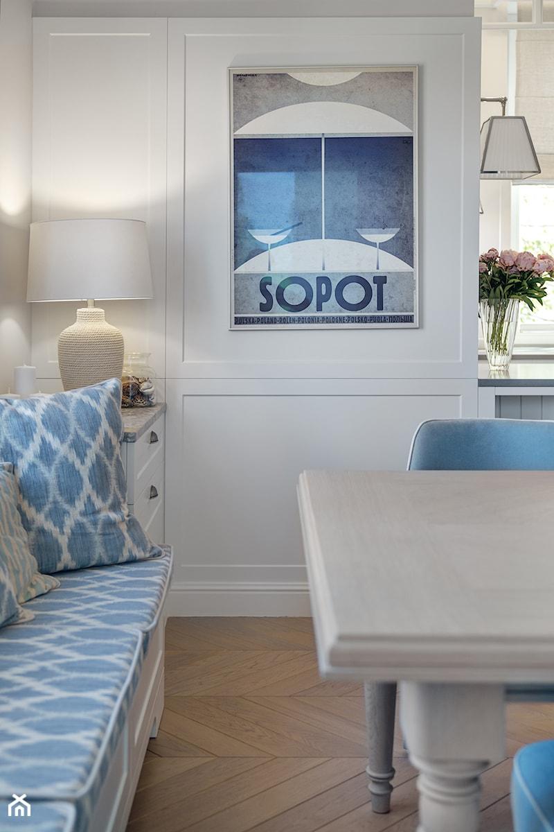 Sopot Apartament z widokiem, - Otwarta beżowa jadalnia w salonie, styl klasyczny - zdjęcie od Katarzyna Kraszewska Architektura Wnętrz