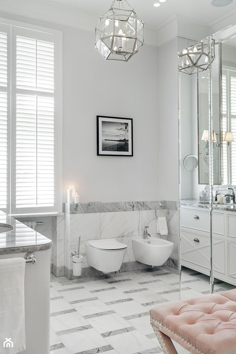 Sopot Apartament z widokiem, - Mała szara łazienka na poddaszu w bloku w domu jednorodzinnym z oknem, styl klasyczny - zdjęcie od Katarzyna Kraszewska Architektura Wnętrz