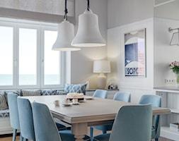 Sopot Apartament z widokiem, - Duża otwarta biała szara jadalnia w salonie, styl klasyczny - zdjęcie od Katarzyna Kraszewska Architektura Wnętrz