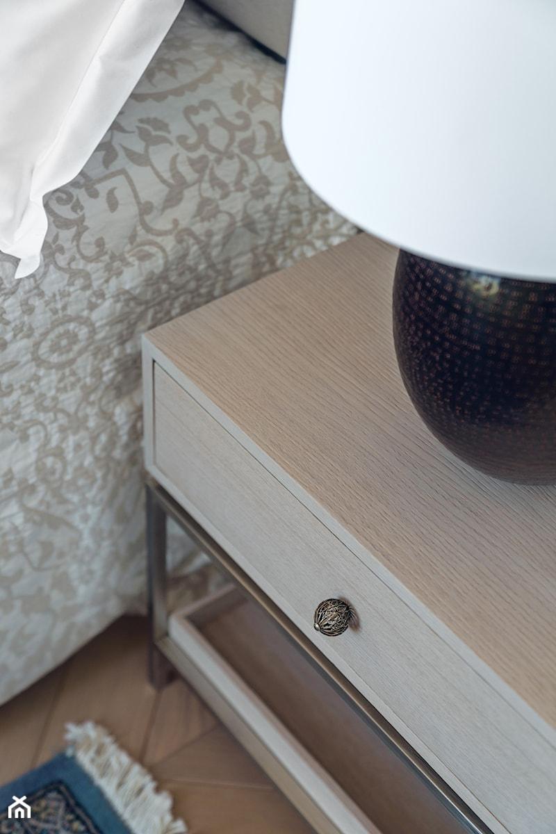 Sopot Apartament z widokiem, - Mała szara sypialnia małżeńska, styl klasyczny - zdjęcie od Katarzyna Kraszewska Architektura Wnętrz