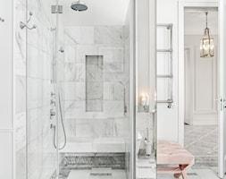 Sopot Apartament z widokiem, - Mała biała łazienka na poddaszu w bloku w domu jednorodzinnym bez okna, styl klasyczny - zdjęcie od Katarzyna Kraszewska Architektura Wnętrz