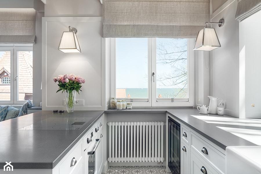 Sopot Apartament z widokiem, - Mała otwarta wąska biała kuchnia w kształcie litery u w aneksie z oknem, styl klasyczny - zdjęcie od Katarzyna Kraszewska Architektura Wnętrz