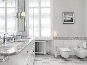 Sopot Apartament z widokiem, - Średnia szara łazienka na poddaszu w bloku w domu jednorodzinnym z oknem, styl klasyczny - zdjęcie od Katarzyna Kraszewska Architektura Wnętrz