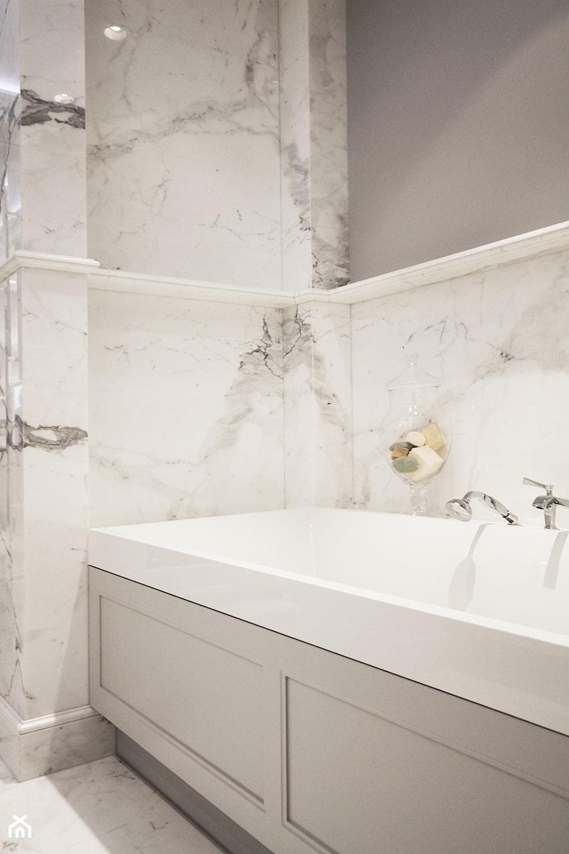 Szaro biała łazienka, - zdjęcie od Katarzyna Kraszewska Architektura Wnętrz