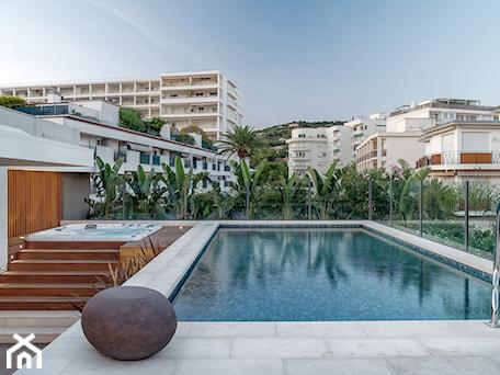 Aranżacje wnętrz - Taras: Cannes - Taras z basenem - Katarzyna Kraszewska Architektura Wnętrz. Przeglądaj, dodawaj i zapisuj najlepsze zdjęcia, pomysły i inspiracje designerskie. W bazie mamy już prawie milion fotografii!
