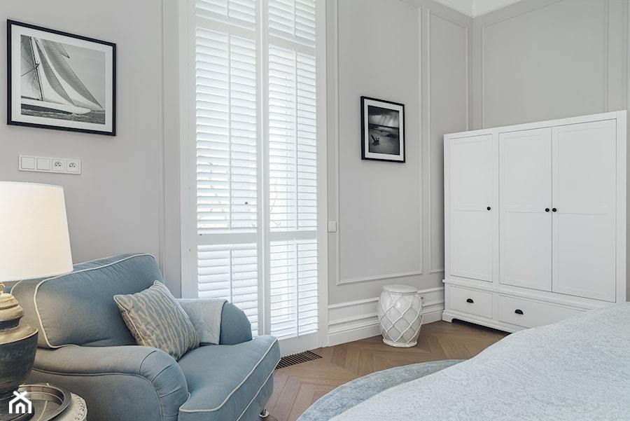 Sopot Apartament z widokiem, - Średnia szara sypialnia małżeńska, styl klasyczny - zdjęcie od Katarzyna Kraszewska Architektura Wnętrz