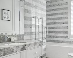 Sopot Apartament z widokiem, - Mała biała szara łazienka na poddaszu w bloku w domu jednorodzinnym z oknem, styl klasyczny - zdjęcie od Katarzyna Kraszewska Architektura Wnętrz