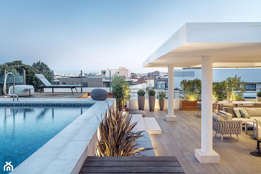 Aranżacje wnętrz - Taras: Cannes - Duży taras z przodu domu z tyłu domu z basenem - Katarzyna Kraszewska Architektura Wnętrz. Przeglądaj, dodawaj i zapisuj najlepsze zdjęcia, pomysły i inspiracje designerskie. W bazie mamy już prawie milion fotografii!