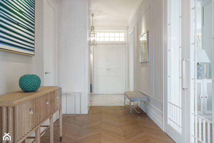 Sopot Apartament z widokiem, - Średni biały beżowy hol / przedpokój, styl klasyczny - zdjęcie od Katarzyna Kraszewska Architektura Wnętrz