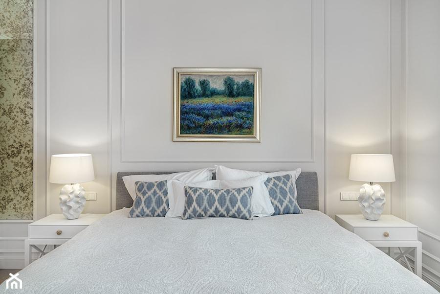 Sopot Apartament z widokiem, - Średnia biała sypialnia małżeńska, styl klasyczny - zdjęcie od Katarzyna Kraszewska Architektura Wnętrz
