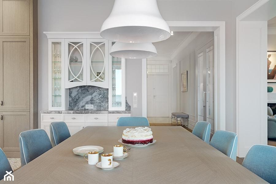 Sopot Apartament z widokiem, - Duża otwarta biała jadalnia w salonie, styl klasyczny - zdjęcie od Katarzyna Kraszewska Architektura Wnętrz