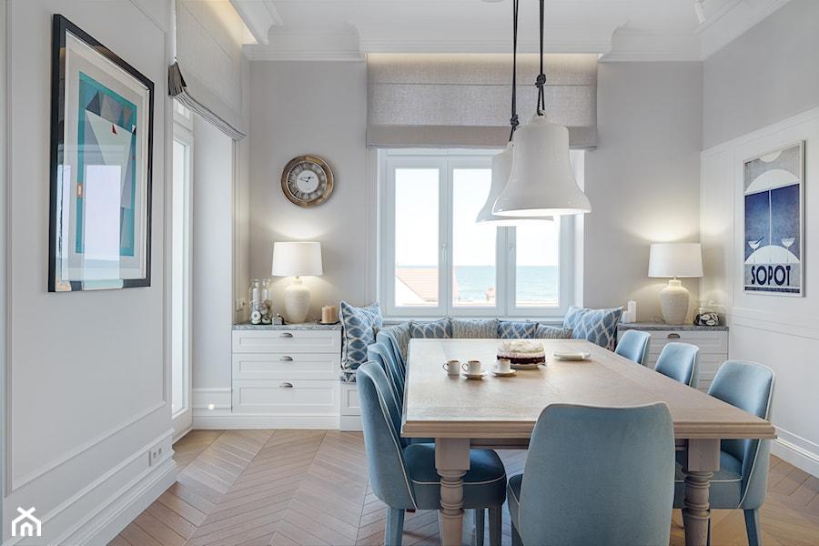 Sopot Apartament z widokiem, - Średnia zamknięta biała szara jadalnia jako osobne pomieszczenie, styl klasyczny - zdjęcie od Katarzyna Kraszewska Architektura Wnętrz